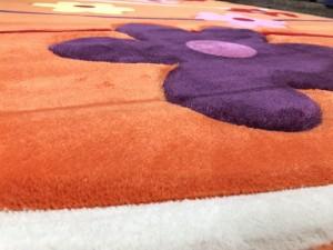 Детальный вид детского ковра с цветочками